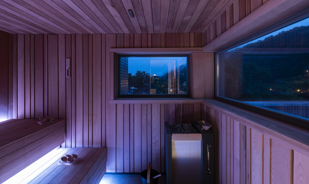 Panoramic sauna in cedar wood and LED chromotherapy.